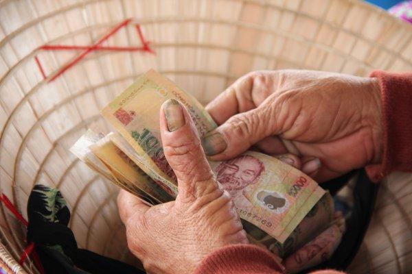 Vay tiền trả góp tại ngân hàng hay công ty tài chính?